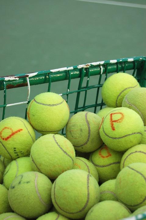 積み上がったテニスボール